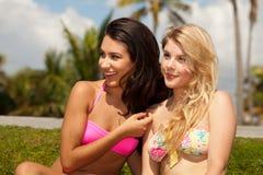 Recht blonde und des Brunette Mädchen draußen Stockbilder