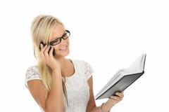 Recht blonde Unterhaltung auf Handy Lizenzfreies Stockfoto
