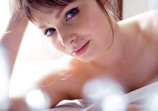 Recht blonde wirkliche Frau, die in Bett legt Stockfotografie
