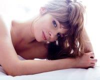 Recht blonde wirkliche Frau, die in Bett legt Stockbild