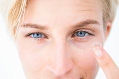 Recht blonde zutreffende Kontaktlinse Lizenzfreie Stockfotografie