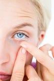 Recht blonde zutreffende Kontaktlinse Stockfotos