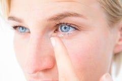 Recht blonde zutreffende Kontaktlinse Lizenzfreie Stockfotos