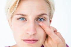 Recht blonde zutreffende Kontaktlinse Stockfoto