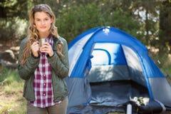 Recht blonder Camper, der vor Zelt steht Lizenzfreie Stockfotos