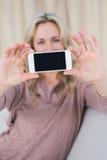 Recht blonder darstellender Schirm von Smartphone Stockfotos