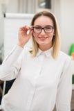 Recht blonder Designer, der an der Kamera im kreativen Büro lächelt Lizenzfreie Stockbilder