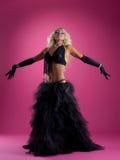Recht blonder Frauentanz im schwarzen arabischen Kostüm Stockbilder