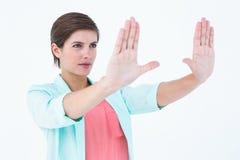 Recht blonder Herstellungsrahmen mit ihren Händen Stockfotos
