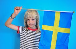 Recht blonder Junge mit schwedischer Flagge stockfoto