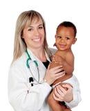 Recht blonder Kinderarzt mit einem schönen Afroamerikaner bab Stockfotos