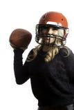 Recht blonder Mädchen-roter Sturzhelm-werfender Fußball lokalisierter Hintergrund Lizenzfreies Stockfoto