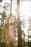 Recht blonder Wanderer, der nach Weg sucht Stockfotografie