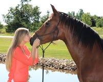 Recht blondes Abiturient-Mädchen im Freien mit Pferd Stockfotos