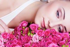 Recht blondes behaartes und blaues gemustertes Mädchen mit Rosen Lizenzfreies Stockbild