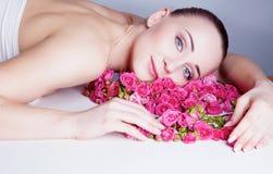 Recht blondes behaartes und blaues gemustertes Mädchen mit Rosen Lizenzfreie Stockfotografie