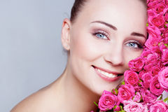Recht blondes behaartes und blaues gemustertes Mädchen mit Rosen Stockbilder