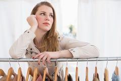 Recht blondes Denken durch Kleidungsschiene Lizenzfreie Stockfotografie