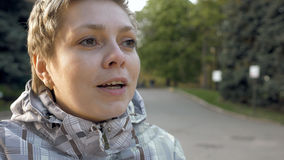 Recht blondes emotional sprechendes Mädchen des kurzen Haares Stockfotografie
