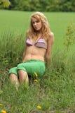Recht blondes entspannendes Mädchen Stockbild