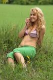 Recht blondes entspannendes Mädchen Stockfotografie