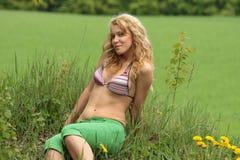 Recht blondes entspannendes Mädchen Stockfotos