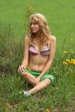 Recht blondes entspannendes Mädchen Stockbilder