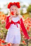 Recht blondes Feld des Kindermädchens im Frühjahr mit Mohnblumen Lizenzfreie Stockfotos