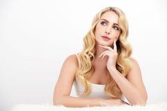 Recht blondes Frauen-Denken Stockbilder