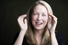 Recht blondes Frauen-Lachen Lizenzfreie Stockfotos