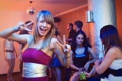 Recht blondes Frauen-Tanzen in einem Nachtklub Lizenzfreies Stockbild
