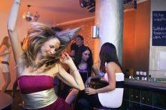 Recht blondes Frauen-Tanzen in einem Nachtklub Stockbilder