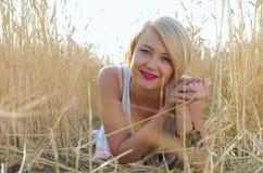 Recht blondes Frauenportrait auf dem Weizengebiet Stockbild