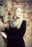 Recht blondes Frauenportrait, das unten schaut Stockfotos