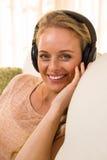 Recht blondes Hören Musik mit Kopfhörern Lizenzfreie Stockfotos