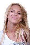 Recht blondes jugendlich Mädchen mit Geräuschring Stockfoto