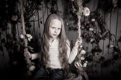 Recht blondes jugendliches Mädchen mit Blumen Stockbild
