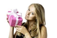 Recht blondes junges Mädchen mit einem Geschenk Stockfotografie