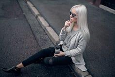 Recht blondes junges Mädchen, wenn Sie draußen aufwerfen Stockbild