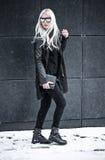 Recht blondes junges Modell, das draußen aufwirft Lizenzfreie Stockfotos