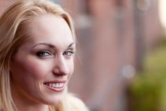 Recht blondes Lächeln Stockfotografie