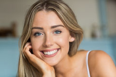 Recht blondes Lächeln an der Kamera Stockfoto