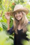 Recht blondes Lächeln an der Kamera Lizenzfreies Stockfoto