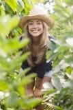 Recht blondes Lächeln an der Kamera Lizenzfreie Stockfotografie
