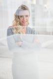 Recht blondes Lächeln mit den Armen gekreuzt Lizenzfreie Stockbilder