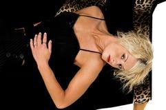 Recht blondes Legen auf Couch Lizenzfreie Stockbilder