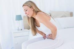 Recht blondes Leiden mit Magenschmerzen Stockbilder