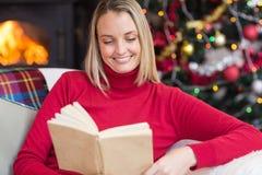 Recht blondes Lesebuch zur Weihnachtszeit Lizenzfreies Stockbild