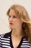 Recht blondes Mädchen stockfoto