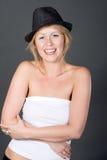 Recht blondes Mädchen beim Hut-Lachen Stockfotos